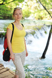 Frau nahe Wasserfällen Stockfotografie