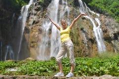 Frau nahe Wasserfällen Stockfoto