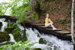 Frau nahe Wasserfällen Lizenzfreie Stockbilder