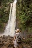 Frau nahe waterfal Git Git auf Bali, Indonesien stockfotos