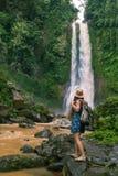 Frau nahe waterfal Git Git auf Bali, Indonesien lizenzfreies stockfoto