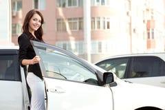 Frau nahe weißem Auto Lizenzfreies Stockfoto