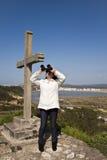 Frau neben dem Kreuz Stockbild