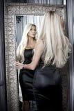 Frau neben Spiegel Stockfoto