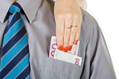 Frau nehmen das Geld von der Tasche heraus Stockbilder