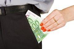 Frau nehmen das Geld von der Tasche heraus Stockfotos