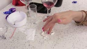 Frau nehmen Droge von der Tabelle stock video