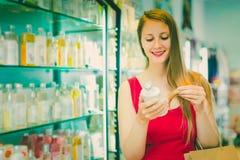 Frau nehmen ein choise Shampoo Stockfotografie