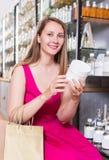 Frau nehmen ein choise Shampoo Lizenzfreies Stockbild