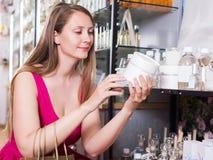 Frau nehmen ein choise Shampoo Stockfotos
