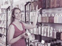 Frau nehmen einem choise frische Flüssigseife Lizenzfreies Stockfoto