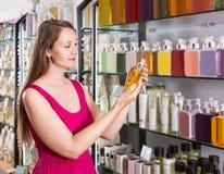 Frau nehmen einem choise frische Flüssigseife im Parfümsupermarkt Lizenzfreie Stockfotografie