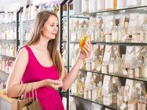 Frau nehmen einem choise frisches Parfüm im Parfümsupermarkt Stockfotografie