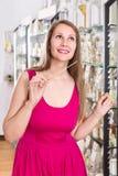 Frau nehmen einem choise frisches Parfüm im Parfümsupermarkt Stockbild