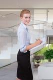 Frau nehmen Kenntnis im Büro Stockfoto