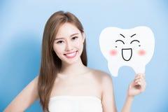 Frau nehmen netten Zahn Stockbilder