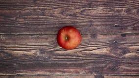 Frau nehmen roten Apfel von der Tabelle - stoppen Sie Bewegung stock video footage
