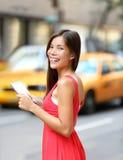 Frau in New York City unter Verwendung des Tablet-Computers Stockbild