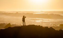 Frau nicht erkennbar am Asilomar-Zustands-Strand stockbild