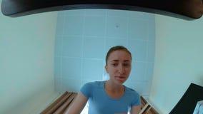 Frau nimmt Kosmetik vom Fach stock footage