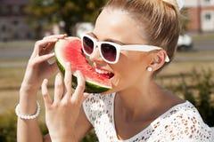 Frau nimmt Wassermelone. Konzept der gesunden und nährenden Nahrung Stockfoto