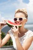 Frau nimmt Wassermelone. Konzept der gesunden und nährenden Nahrung Stockfotografie