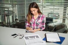Frau notiert seine Gedanken in einem Notizbuch Lizenzfreie Stockfotografie