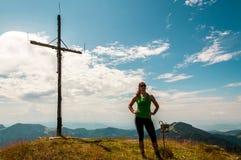 Frau oben auf einen Hügel lizenzfreie stockfotos