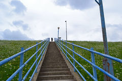 Frau oben auf Treppen Lizenzfreie Stockfotografie