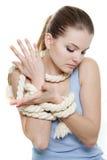 Frau oben gebunden mit Seil lizenzfreies stockbild