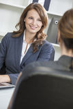 Frau oder Geschäftsfrau in der Büro-Sitzung Stockfotografie