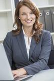 Frau oder Geschäftsfrau, die Laptop-Computer im Büro verwendet Stockfotos
