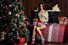 Frau offene giftts und Weihnachtsbaum Stockbilder