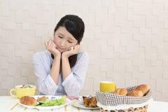 Frau ohne Appetit stockbilder