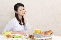 Frau ohne Appetit stockfoto