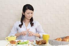 Frau ohne Appetit lizenzfreie stockfotografie