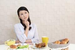 Frau ohne Appetit stockbild
