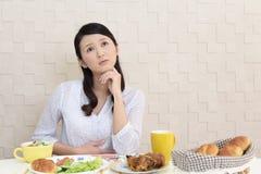 Frau ohne Appetit lizenzfreie stockbilder
