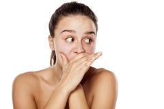 Frau, ohne Make-upzu flüstern Lizenzfreie Stockbilder
