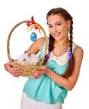 Frau in Ostern-Art, die Eier und Livekaninchen hält Lizenzfreie Stockbilder