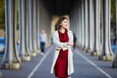 Frau in Paris an einem hellen Falltag Stockbilder