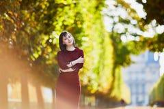 Frau in Paris an einem hellen Falltag Lizenzfreies Stockfoto