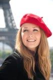 Frau in Paris mit rotem Barett Stockbilder