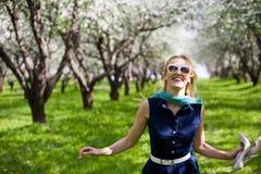 Frau am Park Lizenzfreie Stockbilder