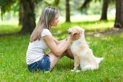 Frau am Park mit ihrem Hund Lizenzfreie Stockbilder