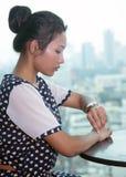 Frau passt die Zeit auf Armbanduhr auf Stockfotos