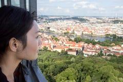 Frau passt Stadtbild von Prag auf Stockbilder