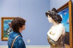 Frau in Pinakothek-der Moderne in München Stockfoto