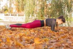 Frau in Plankenposition lizenzfreies stockfoto