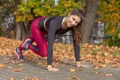 Frau in Plankenposition stockbilder